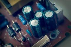 Defekter schlechter alter Kondensator des Bildschirms Kondensatorzusammenbruch stockfotografie