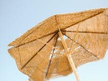 Defekter Sonnenschirm auf dem Himmelhintergrund Lizenzfreies Stockfoto