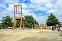 Defekter Stuhl auf dem Quadrat der Vereinten Nationen in GENF Stockfotos