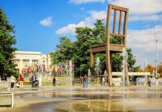 Defekter Stuhl auf dem Quadrat der Vereinten Nationen in GENF Lizenzfreies Stockfoto