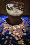 defekter Topf mit Münzen Stockbilder