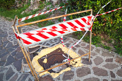Defektes Abwasserkanaleinsteigeloch wird mit Schaum geregelt Stockbilder