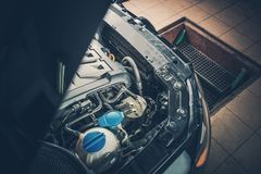 Defektes Auto im Selbstservice Lizenzfreie Stockbilder