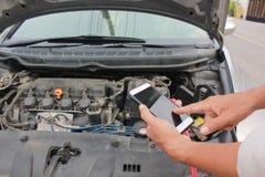 Defektes Auto, Mann, der zum Automechanikerservice nennt lizenzfreie stockfotografie