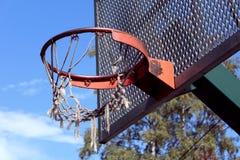 Defektes Basketball-Netz und Rückenbrett stockfotos