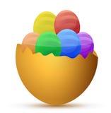 Defektes Ei gefüllt mit wenigen Schokoladeneiern Lizenzfreie Stockfotos