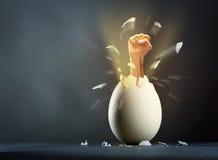 Defektes Ei mit der Hand lokalisiert auf grauem Hintergrund Stockbilder
