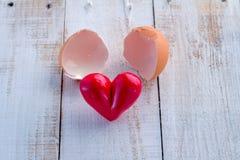 Defektes Ei und Herz wird ausgezogen Stockfoto