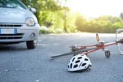Defektes Fahrrad auf dem Asphalt nach Vorfall Lizenzfreie Stockfotos