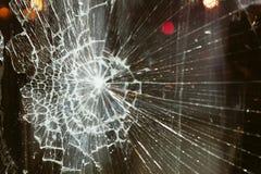 Defektes Glas gegen den Hintergrund stockfotografie
