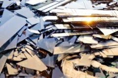 Defektes Glas, Haufen von Spiegelfragmenten, gebrochener schwarzer Spiegel zu rec Stockbild