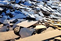 Defektes Glas, Haufen von Spiegelfragmenten, gebrochener schwarzer Spiegel zu rec Lizenzfreie Stockfotos