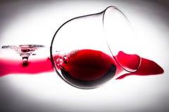 Defektes Glas Rotwein, ein Symbol des Verlustes Stockfoto