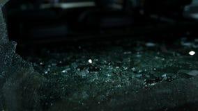 Defektes Glas von der Autowindschutzscheibe, die unten fällt stock video