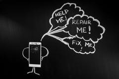 Defektes Glas von Smartphone als Person auf dem schwarzen Hintergrund mit Anschlagtafel mit Text ` reparieren mich! `, ` reparier Lizenzfreie Stockfotografie