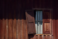 Defektes hölzernes Fenster Stockbild
