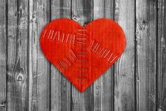 Defektes Herz auf Holz Stockfoto