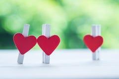 Defektes Herz der Büroklammer über Liebe Lizenzfreies Stockbild