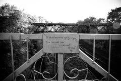 Defektes Herz der unglücklichen Liebe der Eisenbahnbrücke lizenzfreies stockbild