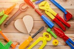 Defektes Herz der Valentinsgrüße, befestigen Ihre Herzwerkzeuge und Instrumente an Stockfotos