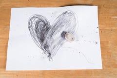 Defektes Herz, Herz gelöscht durch Radiergummi stockbilder