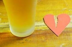 Defektes Herz und Bier für heilende Traurigkeit Lizenzfreies Stockbild