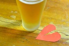 Defektes Herz und Bier für heilendes Schmerzsgefühl Stockfotografie