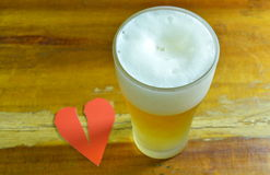 Defektes Herz und Glas Bier zu vergessen Lizenzfreie Stockfotografie
