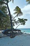 Defektes kleines Boot auf einem maldivien Strand stockfoto