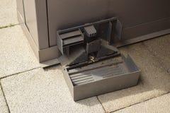 Defektes Metall errichtete Rattenfalle Stockbilder