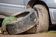 Defektes Rad von einem Auto in der Natur lizenzfreie stockfotografie