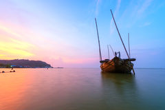 Defektes Schiff über dem Meer mit dem Sonnenunterganghimmel Lizenzfreies Stockbild