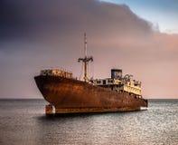 Defektes Schiff nahe Lanzarote-Küste Stockbilder