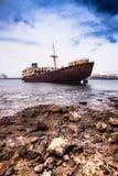 Defektes Schiff nahe Lanzarote-Küste Lizenzfreies Stockbild