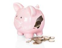 Defektes Sparschwein mit Geld Stockfotografie