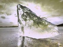 Defektes Stück Eis mit scharfen Sprüngen nach innen Abstrakte Eisscholle Lizenzfreie Stockfotos