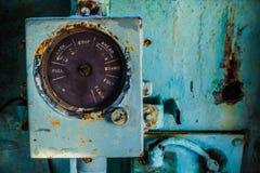 Defektes und sehr altes rundes Messgerät innerhalb des Cockpits des verlassenen Marineschiffs Lizenzfreie Stockfotos