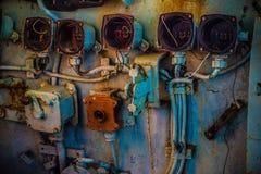 Defektes und sehr altes rundes Messgerät innerhalb des Cockpits des verlassenen Marineschiffs Stockfoto