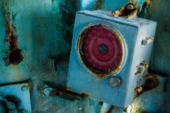 Defektes und sehr altes rundes Messgerät innerhalb des Cockpits des verlassenen Marineschiffs Stockfotos