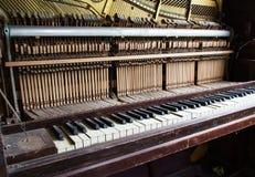 Defektes veraltetes Klavier mit geschädigten Schlüsseln Lizenzfreie Stockfotos
