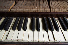 Defektes veraltetes Klavier mit geschädigten Schlüsseln Lizenzfreies Stockbild