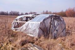 Defektes verlassenes Plastikgewächshaus im Vorfrühling Stockfoto