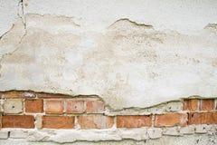 Defektes Weinlesemaurerarbeit-Wandfragment von den alten Ziegelsteinen des roten Lehms und Gips gestalten Hintergrundbeschaffenhe Stockbilder