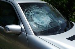 Defektes Windschutzscheiben-Glasfenster des beschädigten Fahrzeugs lizenzfreie stockbilder