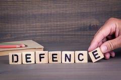 defence Lettres en bois sur le fond foncé image libre de droits