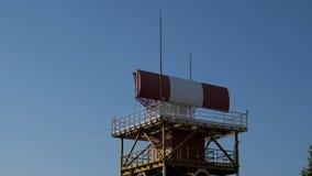 Defensa antiaérea en el aeropuerto, localizador que hace girar en la torre de control del radar almacen de metraje de vídeo