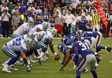 Defensa de Giants de la cara de la ofensa de Romo de los vaqueros foto de archivo libre de regalías