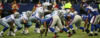 Defensa de Giants de la ofensa de Romo de los vaqueros imagen de archivo libre de regalías