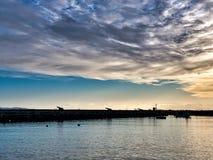 Defensa de la pared del norte en Lyme Regis Harbour imagenes de archivo