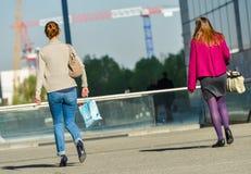 Defensa del La, Francia 10 de abril de 2014: opinión trasera dos trabajadores casuales que caminan en una calle Uno lleva las bom Imagenes de archivo